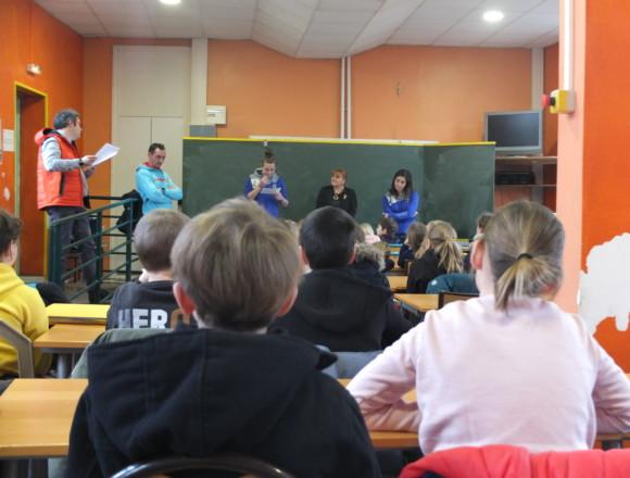 Des handballeuses amandinoises racontent leur quotidien à des élèves